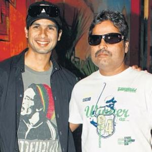 http://images.memsaab.com/files/imagecache/gallery_celebrity/files/2012/90594/shahid-kapoor-and-vishal-bhardwaj-nice-photo.jpg