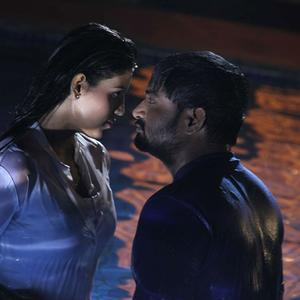 Mirchi Senthil And Iniya Romance Photo Still From Movie Kann Pesum Varthaigal