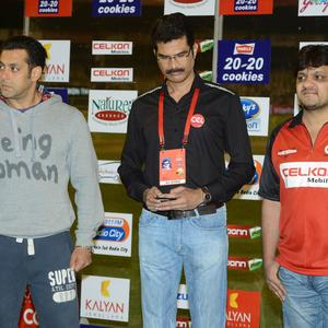 Salman  Make An Appearance At Telugu Warriors And Mumbai Heroes Match