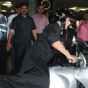Akshay Kumar Leave On A Bike From Mumbai Airport Return From Dubai