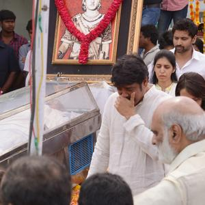 Nagarjuna Akkineni Crying Pic During His Fathers Funeral