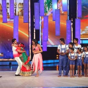 Gurmeet Choudhary Hug Bharti On The Stage Of IGT Grand Finale