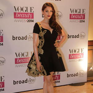 Aditi Opted Black And Golden Outfit At Vogue Beauty Awards 2014