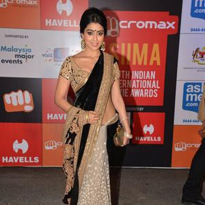 Shriya Saran Stunning Look In Red Carpet At Micromax SIIMA Awards 2014 On Day 2