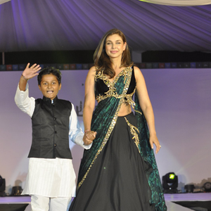 Lisa Ray Stunning Look On Ramp At The Global Peace Initiative 2014