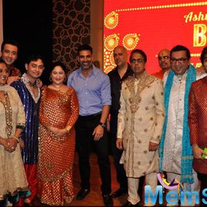 Akshay Kumar,Sidharth Malhotra Posing With Group At English Play Blame It On Yashraj Show