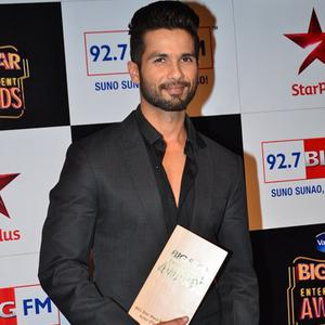 Shahid Kapoor Recieve Big Star Entertainment Awards