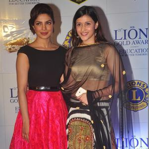 Priyanka Chopra And Her Sister Mannara Strike A Pose For Photo Tag At 21 Lions Gold Awards 2015