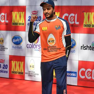 Riteish Deshmukh Cool Pose For Cmaera At CCL Red Carpet 2015