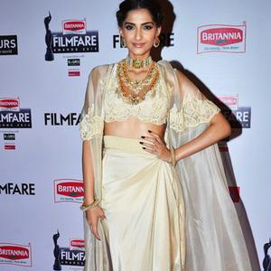 Sonam Kapoor In Anamika Khanna Outfit Beautiful Look At 60th Britannia Filmfare Awards 2015