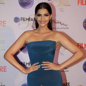 Sonam Kapoor Strapless Gown At The Ciroc Filmfare Glamour And Style Awards 2015
