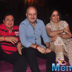 Rakesh Bedi,Anupam Kher And Neena Gupta Posed During The Premiere Of Anupam Kher New Play Mera Who Matlab Nahi Tha