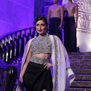 Kareena Kapoor Dazzles On Runway As Lakme Fashion Week 2015