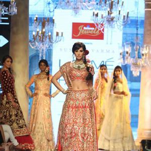 Nargis Fakhri Walks The Ramp As Showstopper At LFW Summer Resort 2015