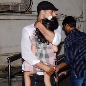 Protective Dad Akshay Kumar Held Daughter Nitara From Flashing Cameras