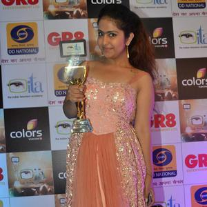 Avika Gor Posed With Trophy At Gr8 ITA Awards 2015