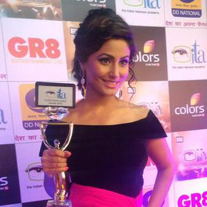 Hina Khan Posed With Trophy For Camera At Gr8 ITA Awards 2015