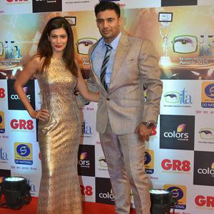 Payal Rohatgi And Hubby Sangram Singh Posed On Red Carpet At Gr8 ITA Awards 2015