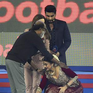 Aishwarya Touched Rajinikanth Feet After Her Performance