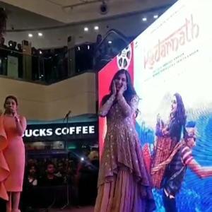Sara Ali Khan receives a roaring response from fans in Delhi!