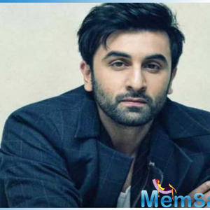 Ranbir Kapoor pleases his fans by taking a perfect selfie with them