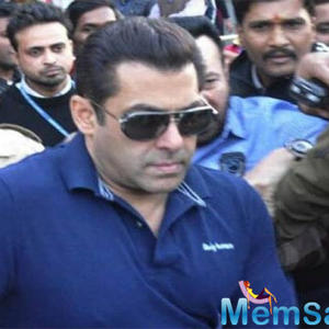 Complaint filed against Salman Khan; accused of snatching phone from a fan!