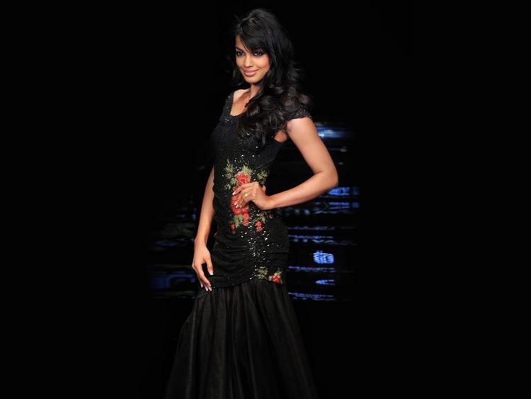 Mugdha Godse Amazing Dress Wallpaper