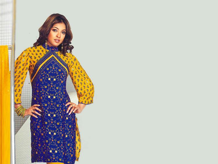 Bollywood Glam Girl Tanushree Dutta Wallpaper