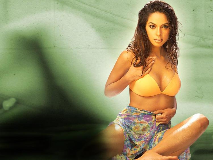 Mallika Sherawat sexy cleavages show