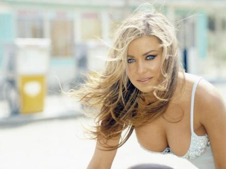 Carmen Electra sexy cleavages pic