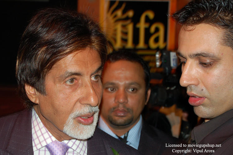 Amitabh Bachchan answering a question at IIFA 2007