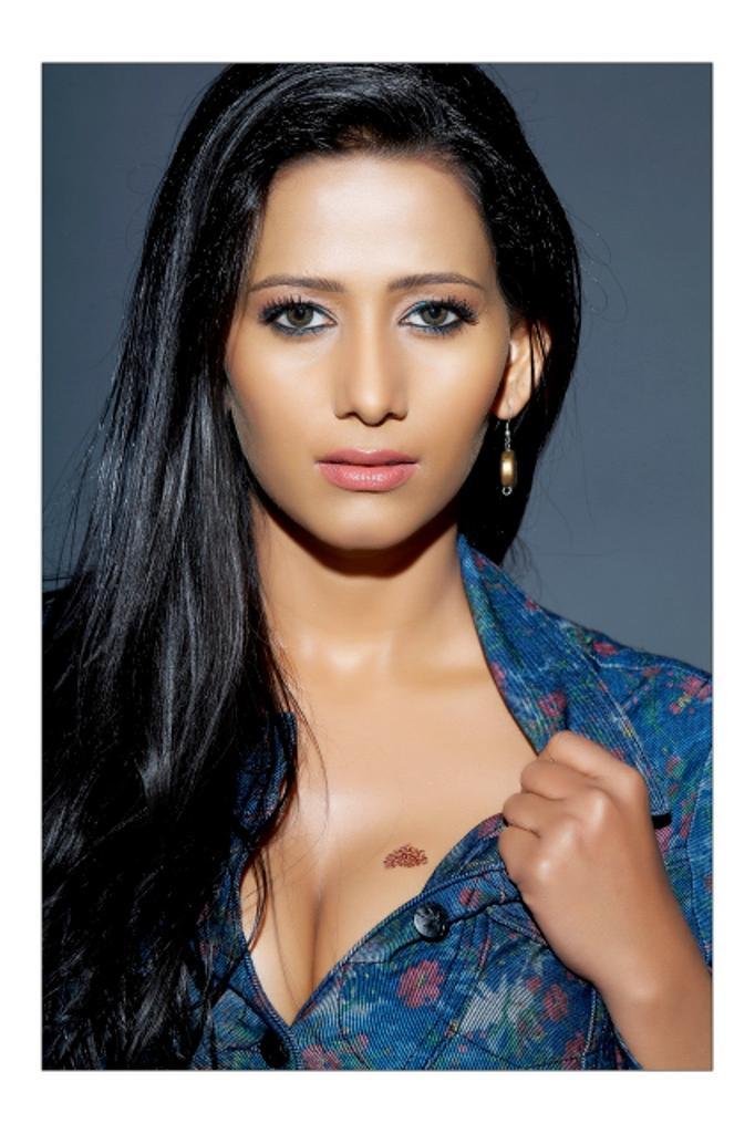 Sanjana singh hot cleavages pics