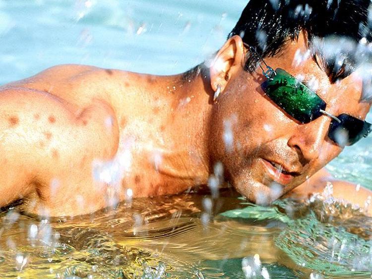 Akshay kumar swimming wallpaper