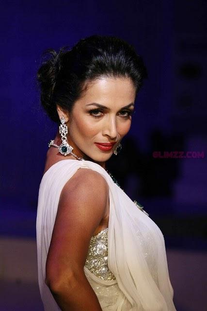 Malaika Arora Khan sexy pose at HDIL fashion show