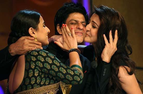 Vidya and anushka kissing sharukh at  Apsara awards 2011