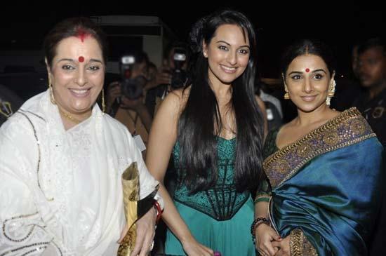 Sonakshi Sinaha with mother at  Apsara awards 2011