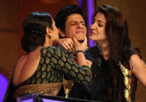 Vidya and anushka kissing sharukh