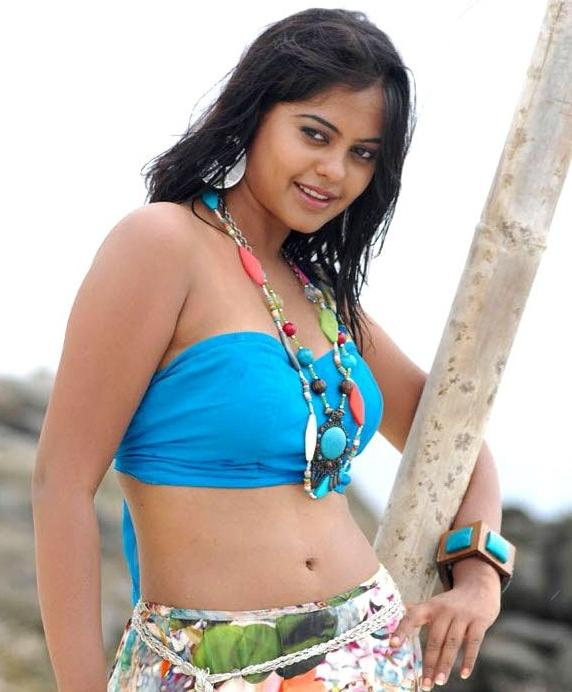 Bindu Madhavi hot boob show