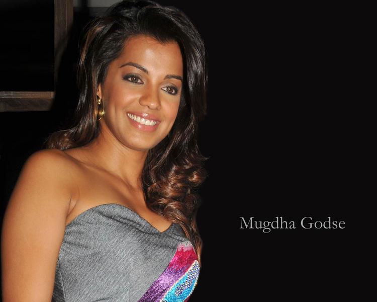 Mugdha Godse sweet smile wallpapper