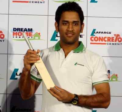 Mahendra Singh Dhoni with trophy