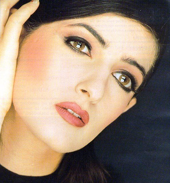 Twinkle Khanna glazing eyes and red lips wallpaper