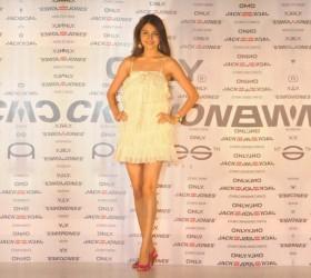 Anushka Sharma Hot mini dress Wallpaper