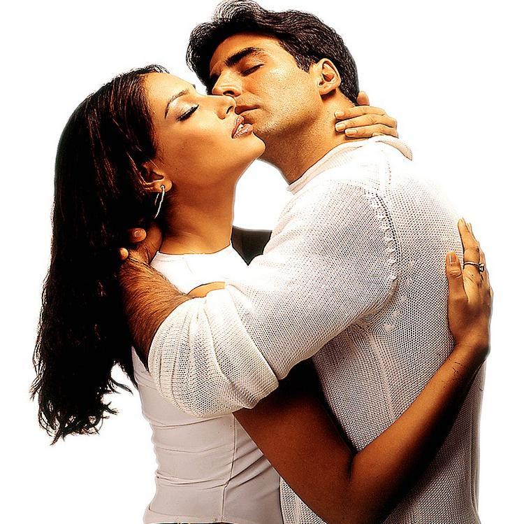Akshay and Bipasha hot kiss still