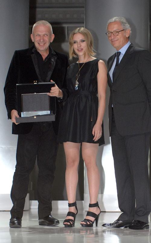 Scarlett Johansson black dress pic