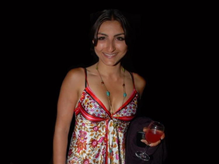 Sexy actress Soha Ali Khan spicy cleavage Photo