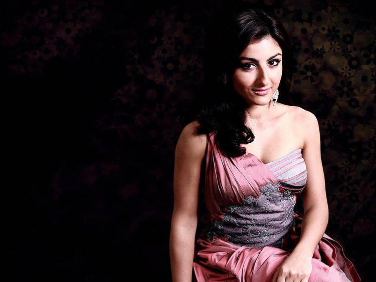 Soha Ali Khan hot boobs Images