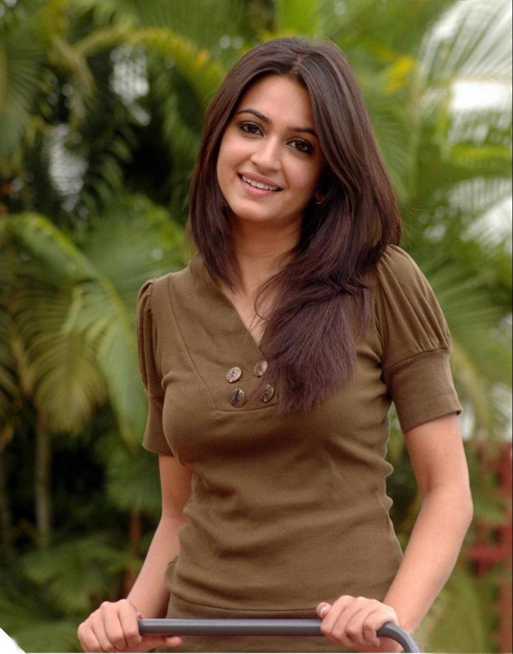 Kriti Kharbanda amazing look still