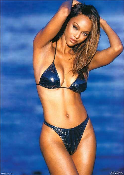 Tyra Banks sexy navel expose in bikini
