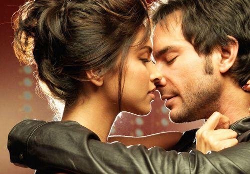 Love Aaj Kal Saif Ali Khan and Deepika kiss still