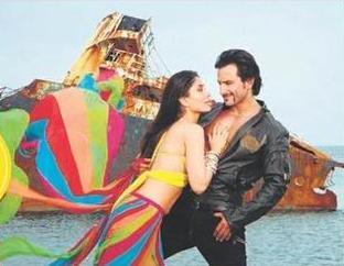 Saif Ali Khan and kareena kapoor romantic song still